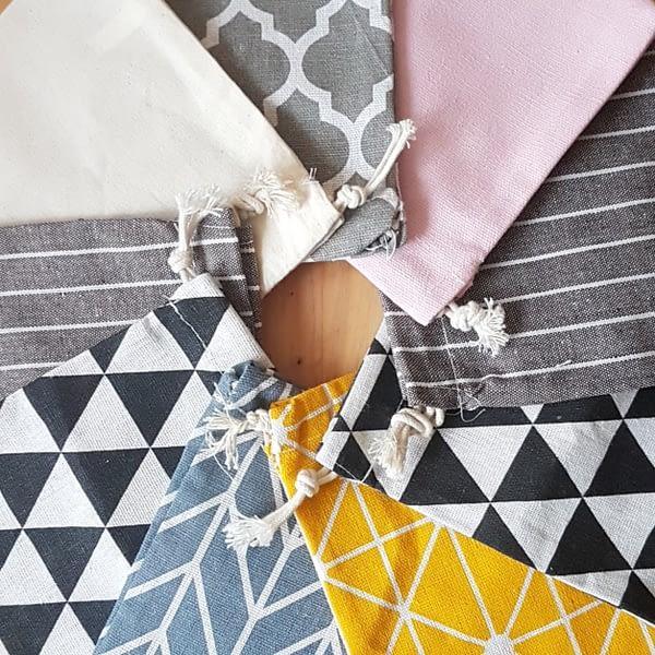 Väikesed värvilised riidest kotid