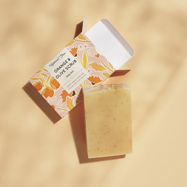 HelemaalShea kooriv seep apelsini ja jahvatatud oliiviseemnetega